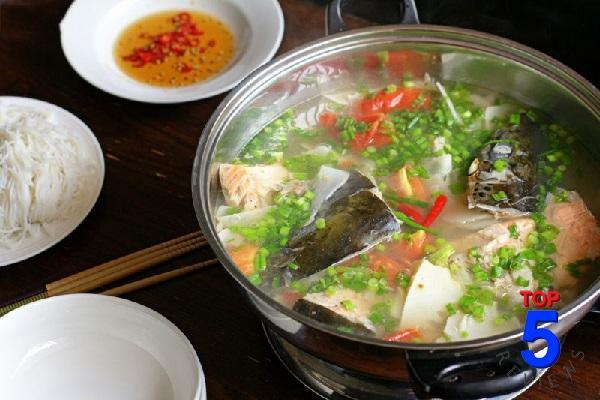 Canh Đầu Cá Hồi Nấu Măng Chua