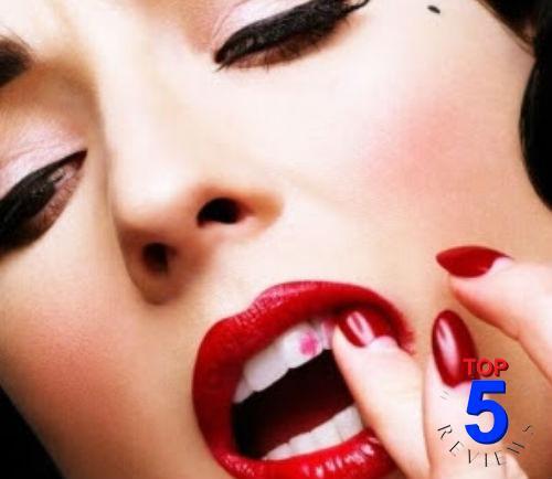 Son môi dính vào răng