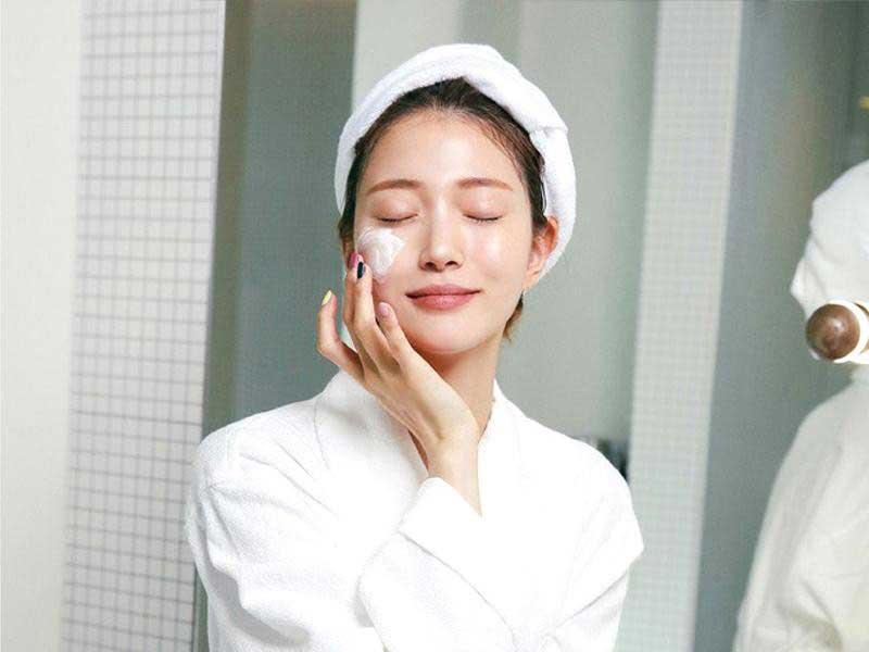 Thoa kem dưỡng ẩm trước khi makeup